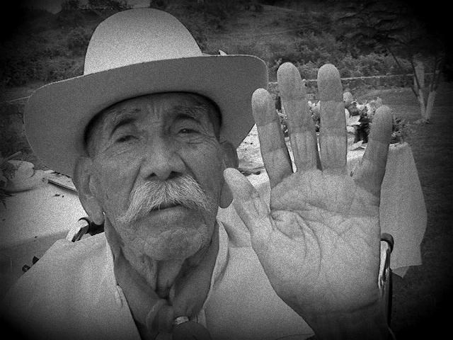 Mauricio Ramírez Cerón. Veterano del Ejército Libertador del Sur, mostrando la línea de la vida en la palma de su mano a los cien años de edad. Su testimonio es parte del largometraje documental Los Ultimos Zapatistas . Foto: Francesco Taboada.